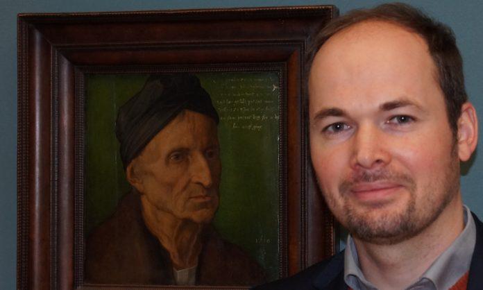 Markus Huber erklärt im Germanischen Nationalmuseum das Wolgemut Porträt Dürers. Foto: Borée