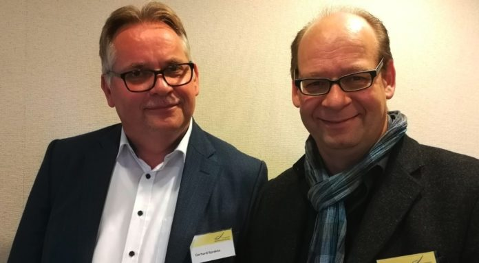 Pfarrer Gerhard Sprakties und Diakon Helmut Unglaub beim Konvent der Altenheimseelsorge in Neuendettelsau. Dort hielt er einen Vortrag über die Sinnfindungesmöglichkeiten im Alter. Foto: Wollschläger