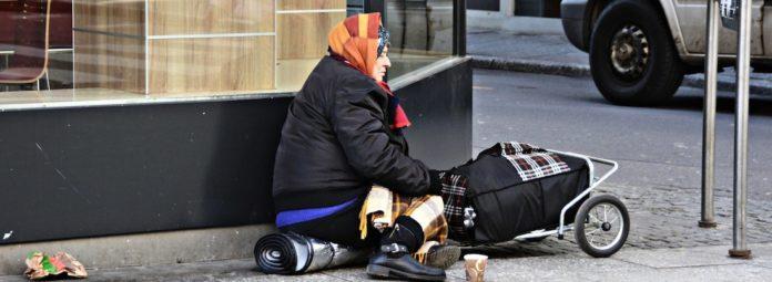 Die Corona-Krise trifft die Schwächsten besonders hart – hier eine wohnungslose Frau. Foto: Pixabay