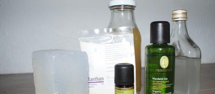 Leider noch nicht ganz plastikfrei: Materialien, um Duschgel und Co. selbst herzustellen. Foto: Borée