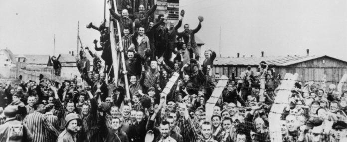 Jubelnde Häftlinge kurz nach ihrer Befreiung. Foto: epd/F