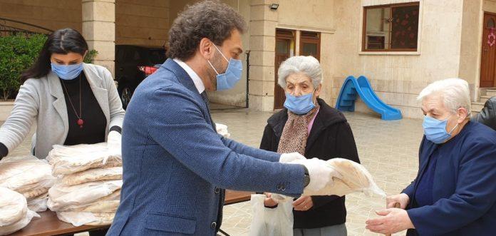 Verteilung von Brot durch Gemeindemitglieder in Aleppo. Foto: GAW