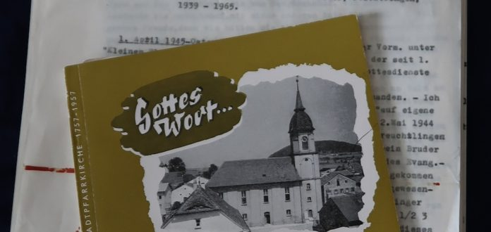 Maschinenschriftliche Aufzeichnungen des Pfarrers Julius Kelber und Festschrift zum 200-jährigen Bestehen der Stadtpfarrkirche Treuchtlingen 1957 mit seinen Erinnerungen. Foto: Borde