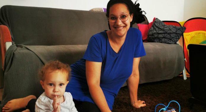 Yasmin Dillamar und ihre Tochter Wanda spielen gemeinsam. Foto: Wollschläger
