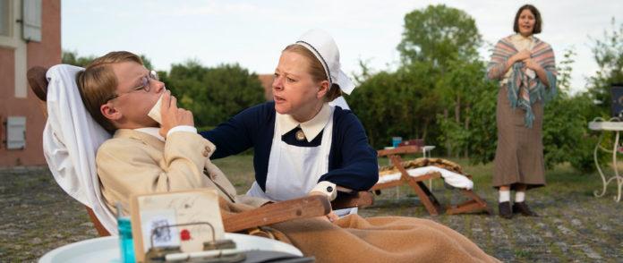 Der kranke junge Dichter Heinrich (Silas Hutzler) wird von Schwester Ismene (Claire Hutzler) versorgt. Die leidende Clara (Nina Grillmayer) ist besorgt.