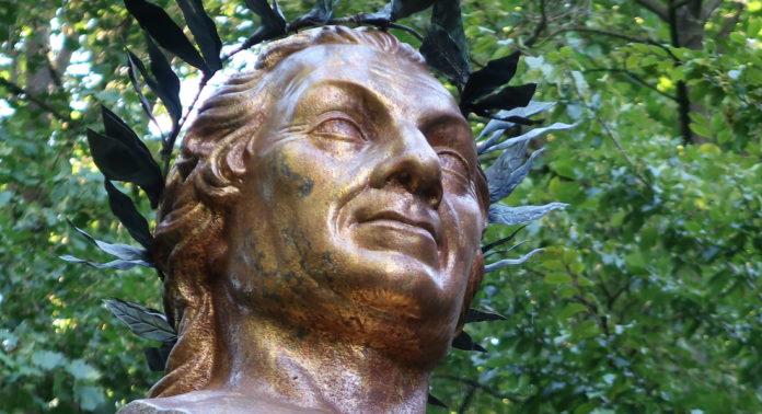 Uz-Denkmal im Ansbacher Hofgarten.