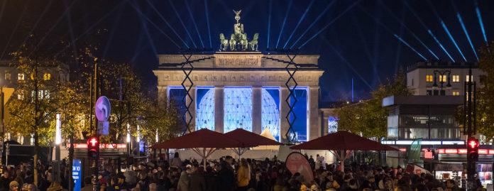 Zehntausende Menschen feiern am Brandenburger Tor 30 Jahre Mauerfall