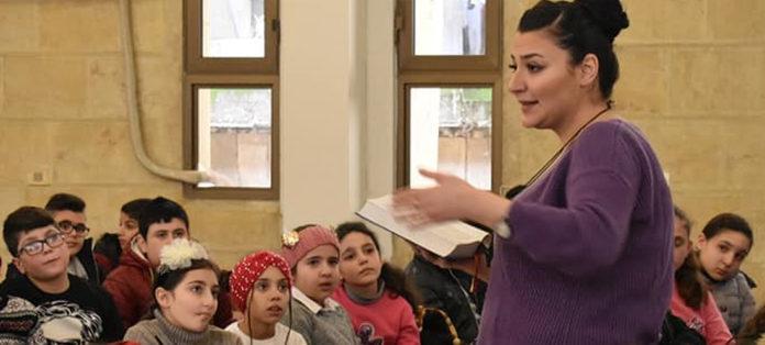 Pfarrerin Mathilde Sabbagh bei der Jugendarbeit.Foto: NESSL