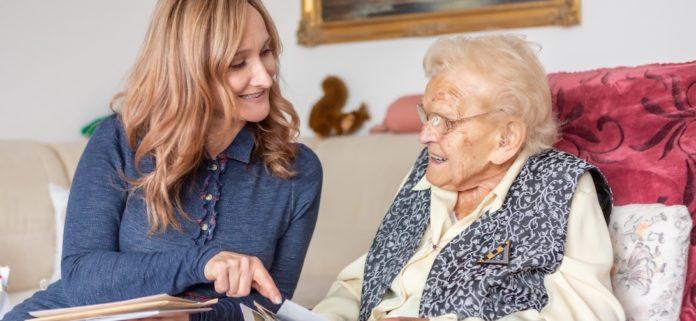 proSenio-Mitarbeiterin Cornelia Schaller hilft Senioren