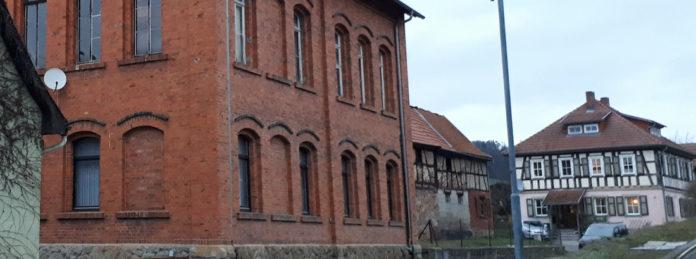 Links die ehemalige Synagoge in Willmars, rechts das frühere Pfarrhaus. Direkt hinter den Gebäuden, die in der Mitte zu sehen sind, wohnte Familie Strauß.