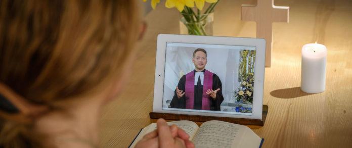 Teilnehmerin an einem Online-Gottesdienst. Foto: epd/F