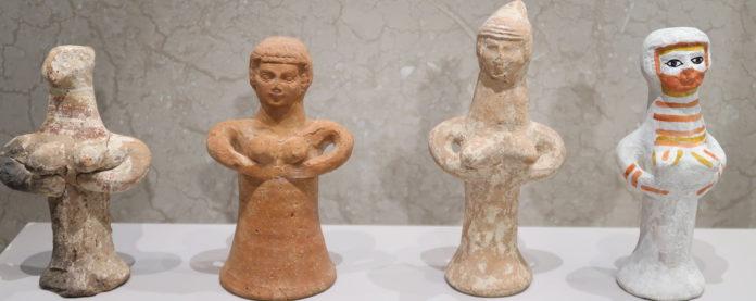 """""""Pfeilerfiguren"""" mit Göttinnen, oft in Israel vom 8. bis 6. Jh. vor Christus gefunden, rechts nach alten Spuren bemalt."""