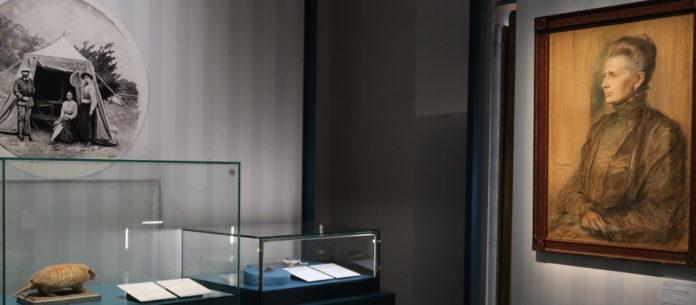 Ausstellungsnische, die Therese gewidmet ist: mit ihrem Porträt, ihren Aufzeichnungen und dem Gürteltier, das sie mit nach München brachte. Foto: Borée