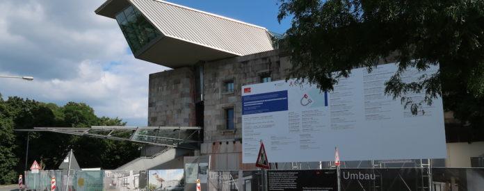 Trotz notwendiger Renovierung weiterhin geöffnet: Das Dokumentationszentrum auf dem ehemaligen Reichstagsgelände in Nürnberg. Foto: bor